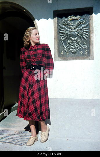 fashion, 1940s, ladie's fashion, fashion model Else Erasmus in checked dress, full length, 1947, - Stock Image