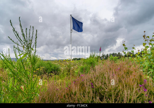 Flag indicating frontline of the Jacobite army on moorland at Culloden Moor former battlefield in Highland, Scotland - Stock Image