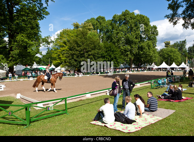 Spectators at the International Pentecostal show jumping and dressage competition, Schlosspark Biebrich palace gardens - Stock Image