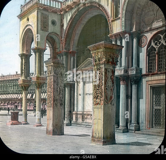 Die beiden prächtigen Pfeiler an der Südwand der Markuskirche sind aus Ptolemais nach Venedig gebracht - Stock Image