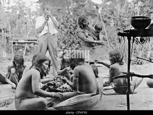 Gerd Kahle films Amazon Indian women - Stock Image