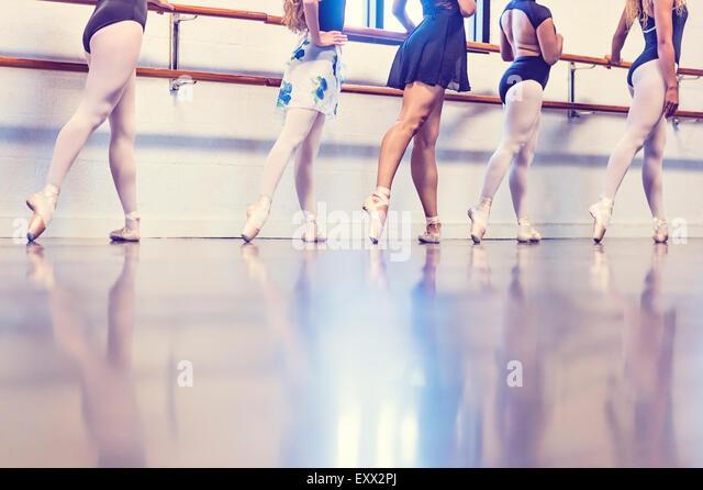 Young women dancing in dance studio - Stock Image