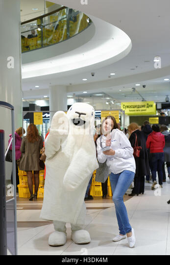 St. Petersburg, Russia, 5th October, 2016. People in the Stockmann department store during Crazy Days. Stockmann - Stock Image