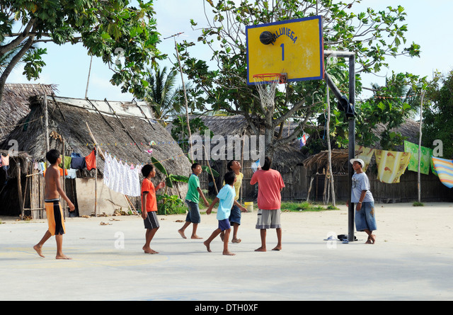 Children play basketball in a Kuna Indian village, Nalunega, San Blas Islands, Panama - Stock Image