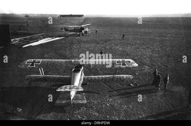 german-airfield-with-two-hannover-biplanes-ww1-drhpdw.jpg