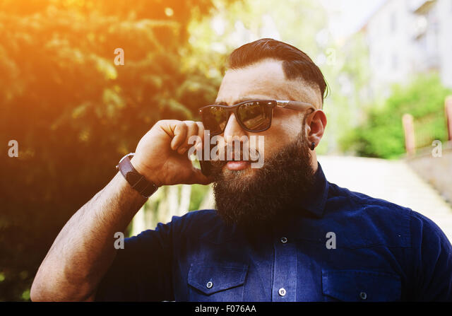 bearded speaks by phone - Stock-Bilder