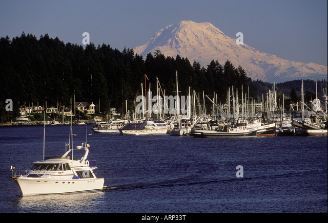 USA, Washington State, yacht in Gig Harbour with Mt. Rainier beyond - Stock Image