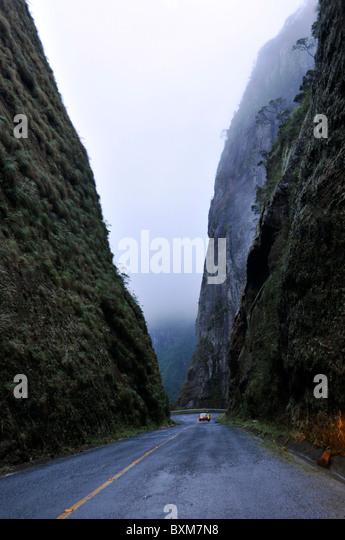 Gloomy road leading into the Serra do Corvo Branco, connection to coastal areas of Santa Catarina Brazil - Stock-Bilder