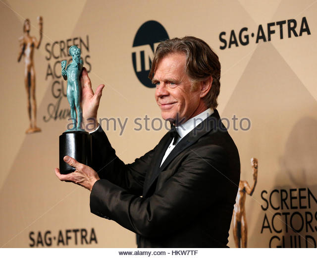 Actor William H. Macy holds the award he won for Outstanding Performance by a Male Actor in a Comedy Series for - Stock-Bilder