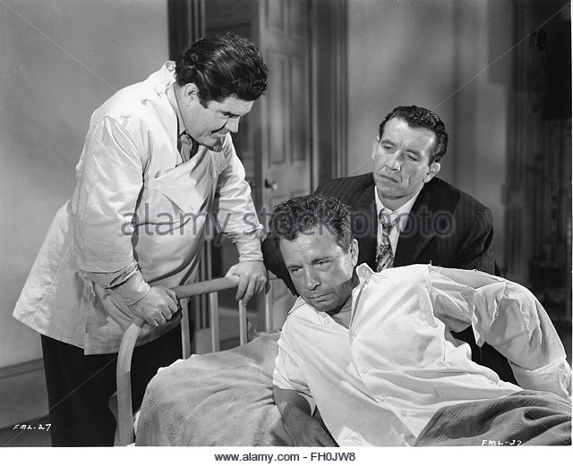 MURDER MY SWEET (1944)  - Dick Powell (center). Courtesy Granamour Weems Collection. Editorial use only. Licensee - Stock Image