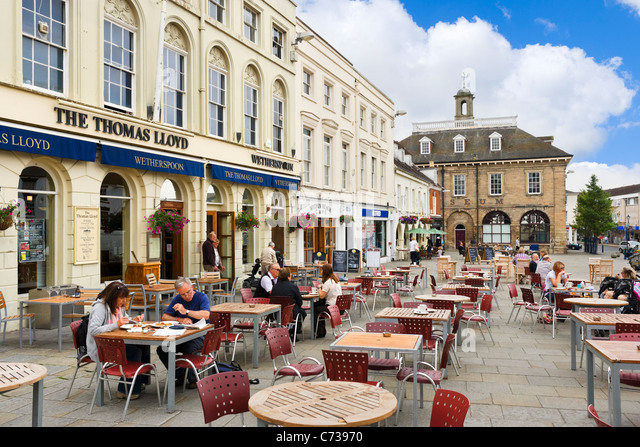 Pubs and Cafes in front of the Museum in Market Square, Warwick, Warwickshire, England, UK - Stock Image