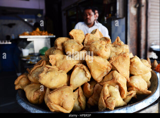 A Samosa vendor in Lucknow, India. - Stock Image