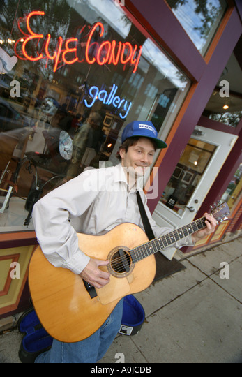 Cleveland Ohio Tremont Artwalk Eye Candy Gallery street musician guitar - Stock Image