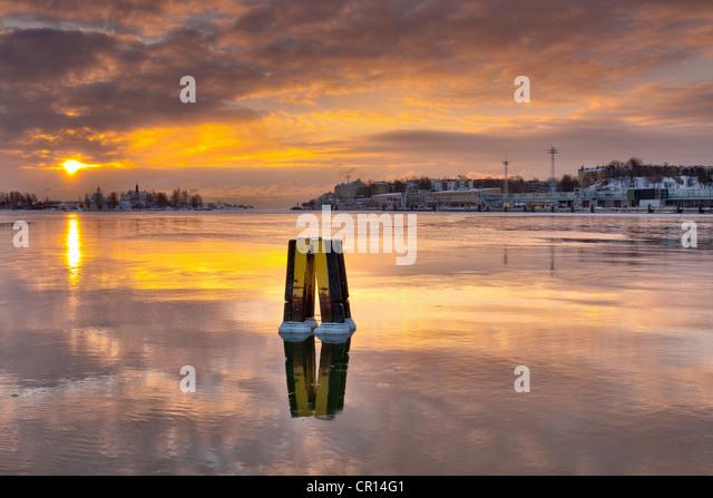 Sun setting over urban pier - Stock-Bilder
