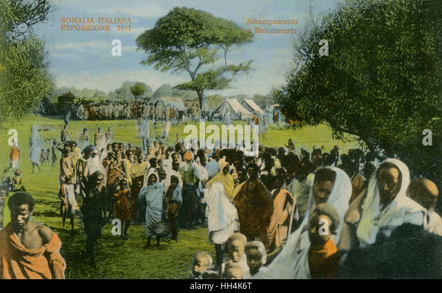 Crowds visiting an Italian outdoor exposition in Bulomererta, Somalia. - Stock Image