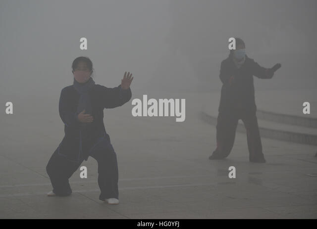 Fuyang, Fuyang, China. 3rd Jan, 2017. Citizens do morning exercises in heavy smog in Fuyang, east China's Anhui - Stock Image