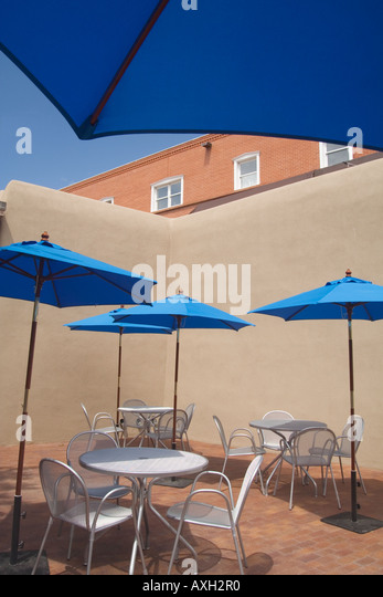 Outdoor cafe of Georgia O'Keefe Museum in Santa Fe, New Mexico - Stock Image