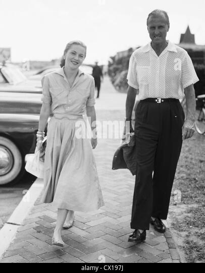 Col Serge Obolensky and actress Joan Fontaine arrive at the Southampton Beach Club in Southampton, L.I.,ca 1950 - Stock Image