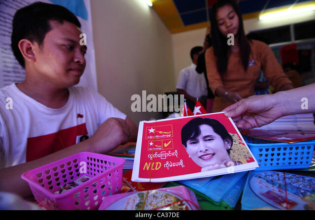 Supporters of Aung San Suu Kyi sell memorabilia at the office of opposition party the National League for Democracy - Stock-Bilder