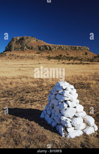 White stone cairn (memorial) at Isandlwana, Thukela, KwaZulu-Natal, South Africa - Stock Image