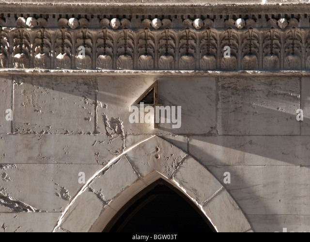 A decorative arched doorway with the number 4 above it in New York City - Stock Image