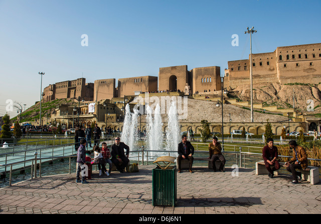 Huge square with water fountains below the citadel of Erbil (Hawler), capital of Iraq Kurdistan, Iraq, Middle East - Stock Image