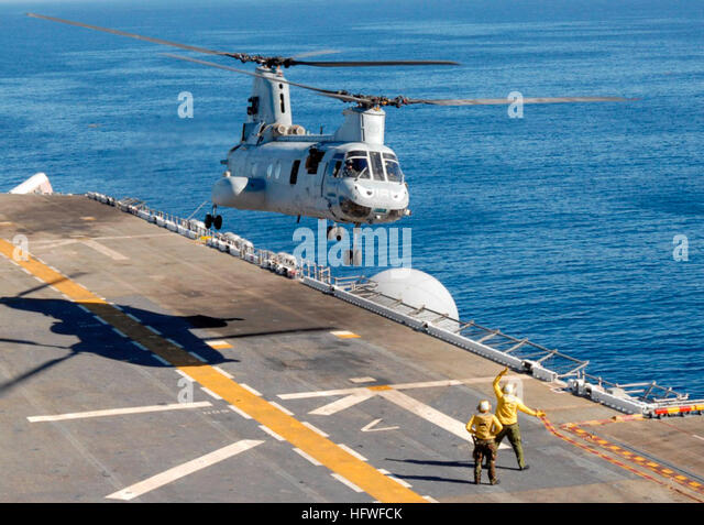 081008-N-9761H-186 PACIFIC OCEAN (Oct. 8, 2008) Aviation BoatswainÕs Mates direct a Marine Corps CH-46 Sea - Stock Image