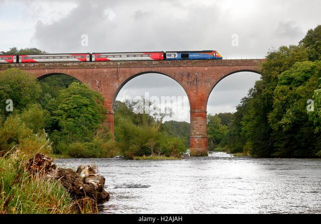 East Midlands Trains InterCity 125 crossing Wetheral Viaduct over the River Eden. Wetheral, Newcastle & Carlisle - Stock-Bilder