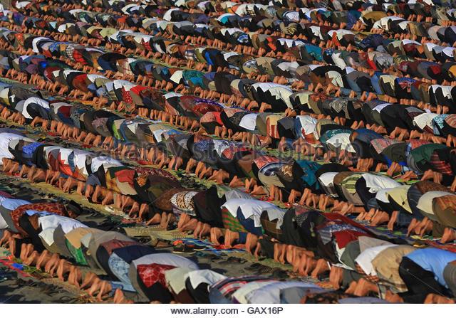 Parangtritis, Indonesia. 6th July, 2016. Indonesian muslims perform Eid al-Fitr prayer on the sand dunes of Parangkusumo - Stock Image