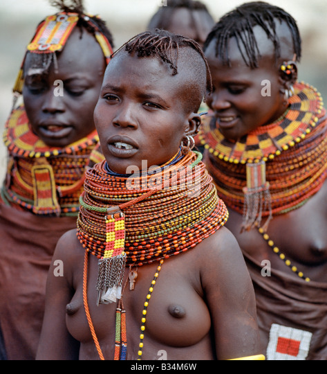 Kenya, Baragoi, Nachola. A group of Turkana girls assemble to celebrate a marriage.There is much to be learnt from - Stock-Bilder