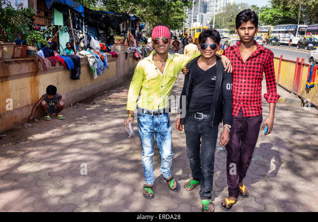 India Asian Mumbai Mahalaxmi Mahalakshmi Nagar man friends walking fashion fashionable sunglasses - Stock Image