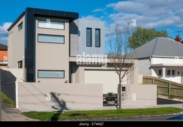 A starkly angular moden home clashes with older (Edwardian) architectural styles in the Melbourne suburb of Caulfield - Stock-Bilder