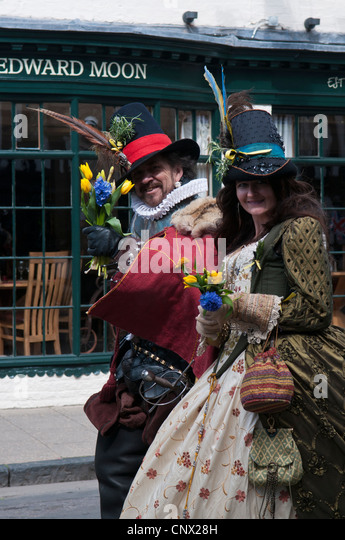 Actor and Actress dressed as Elizabethans at the Shakespeare Birthday Procession - Stock-Bilder