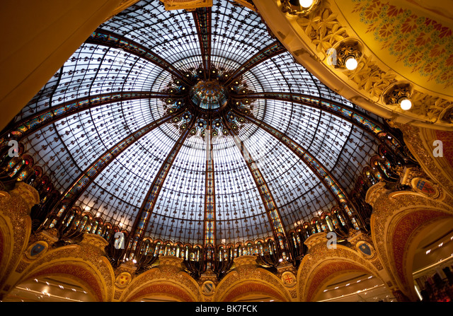 Looking up at the cupola of the Belle Epoch dome of the Galeries Lafayette; Paris France. - Stock-Bilder