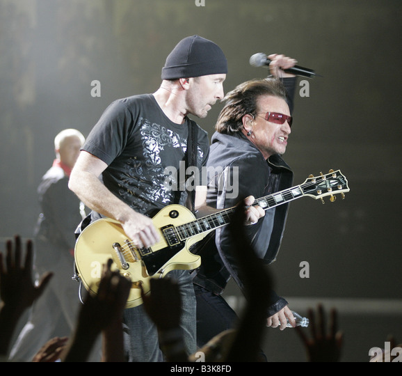 U2 Irish rock group with The Edge at left and Bono in 2005 - Stock Image