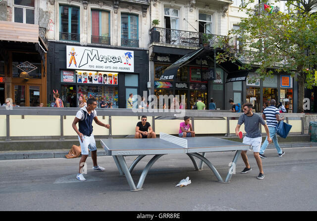 two people playing table tennis street brussels - Stock Image