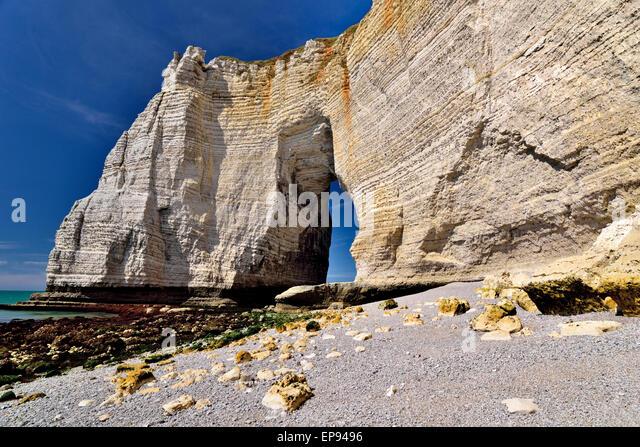 France, Normandy: Giant chalk rock cliffs in Étretat - Stock Image