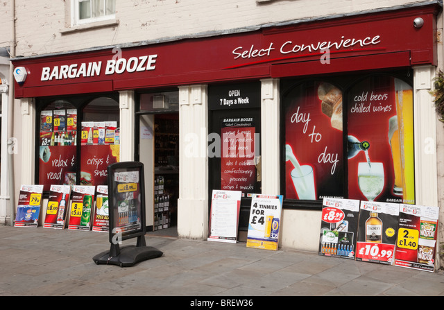 UK, Europe. Bargain Booze shop front window with adverts for cheap alcohol - Stock Image