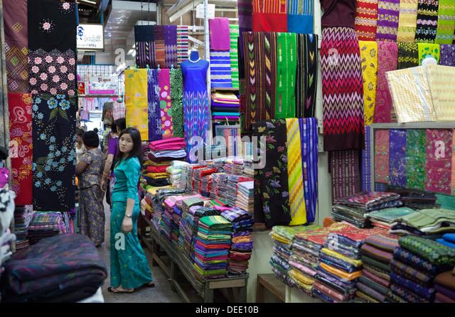 Burmese longyi stalls, Bogyoke Aung San Market, Yangon (Rangoon), Yangon Region, Myanmar (Burma), Asia - Stock-Bilder