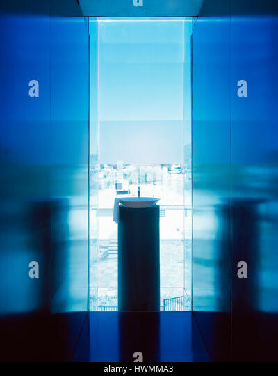 Bathroom detail, looking through blue glass window. Xeros House, Phoenix, United States. Architect: Blank Studio, - Stock-Bilder