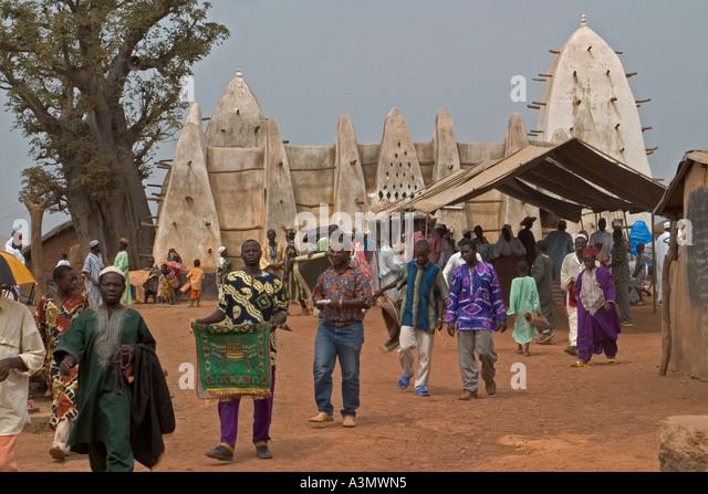 Village worshippers leaving Larabanga Mosque after Friday Prayers, Larabanga, Northern Ghana, West Africa. - Stock Image