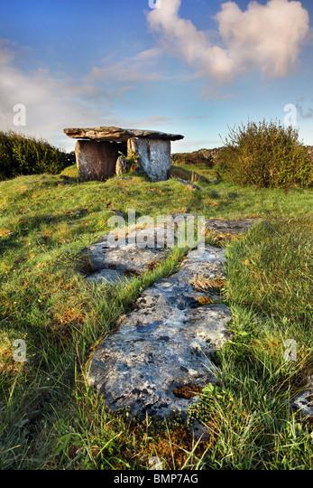 Gleninsheen wedge tomb. The Burren in north-west Clare, Ireland. - Stock-Bilder