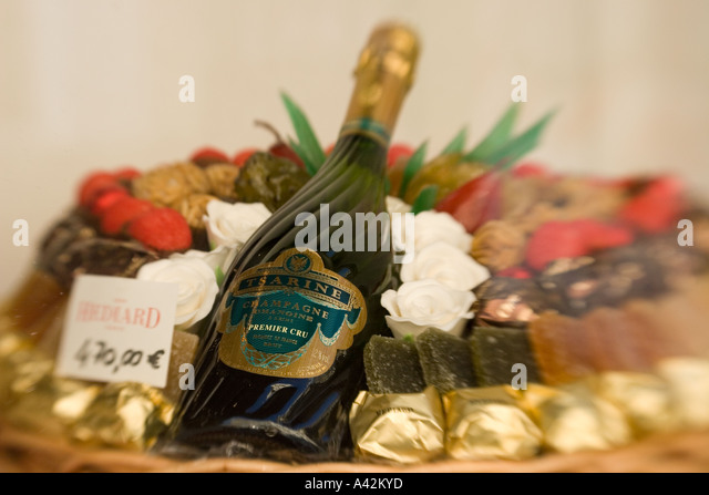 Paris France Place de la Madeleine Hediard gourmet shop shop window champagne brut - Stock Image