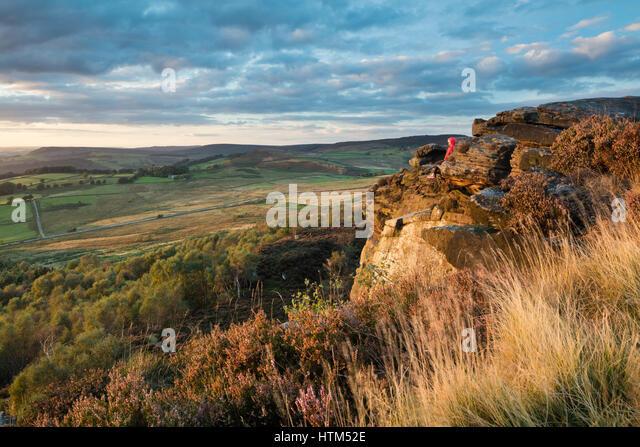 A climber on Millstone Edge, nr Hathersage, Derbyshire Peaks District National Park, England, UK - Stock-Bilder