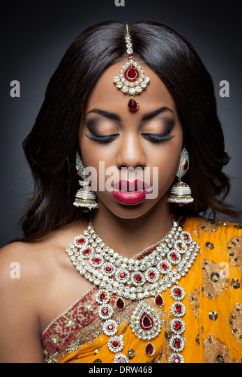 Young Indian woman in traditional Indian bridal dress - Stock-Bilder