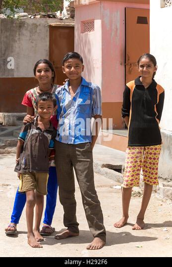 Straßenszene mit Jugendlichen, Bera, Rajasthan, Indien. - Stock-Bilder