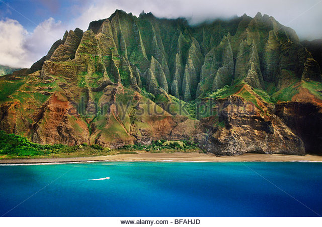 Tourist boat along Na Pali coast (aerial), Kauai, Hawaii - Stock Image