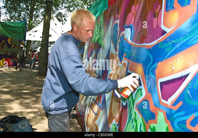 Graffiti artist at the glade arena, Glastonbury Festival 2003. - Stock Image