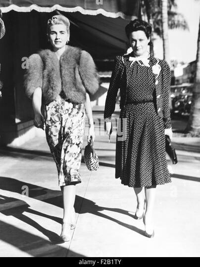 Barbara Hutton (left), Countess Von Haugwitz-Reventlow, on Worth Avenue in Palm Beach. Wearing a fashionable silver - Stock Image