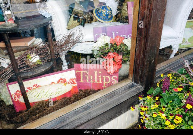 Tennessee Sevierville Bruce Street shop home décor store window display flowers merchandise - Stock Image